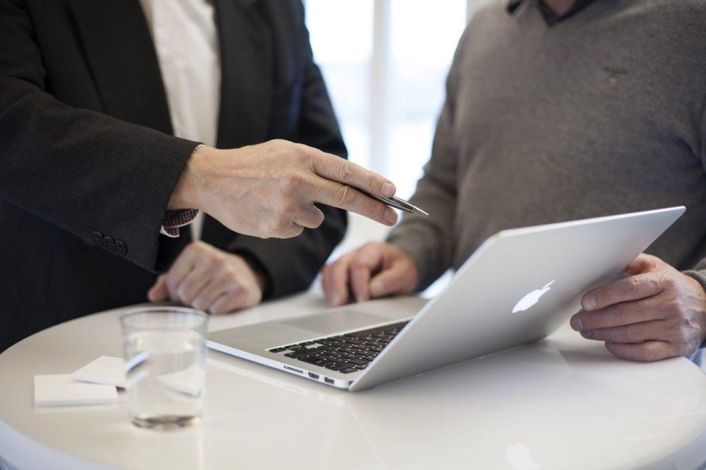 パソコン画面に二人向き合って話している写真|伝えたいことが部下に伝わらない理由|部下への指示が伝わらない3つの理由|部下への伝え方