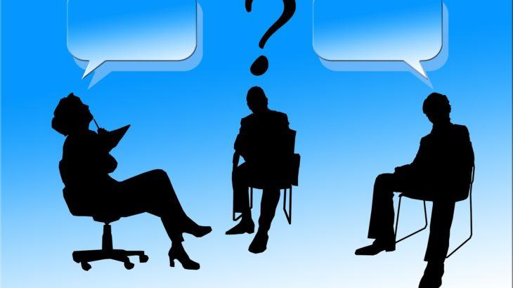 ビジネスパーソン3人が話し合う様子|KEN'S BUSINESS(ケンズビジネス)|職場問題の解決サイト中間管理職・サラリーマン・上司と部下の「悩み」を解決する情報サイト