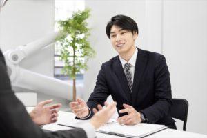 男性のビジネスパーソンが何かを提案している画像|KEN'S BUSINESS(ケンズビジネス)|職場問題の解決サイト中間管理職・サラリーマン・上司と部下の「悩み」を解決する情報サイト