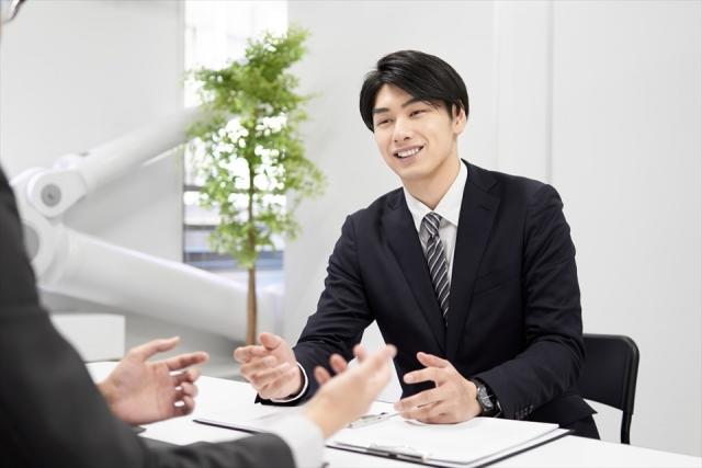 男性のビジネスパーソンが何かを提案している画像|部下への指示が伝わらない3つの理由|部下への伝え方