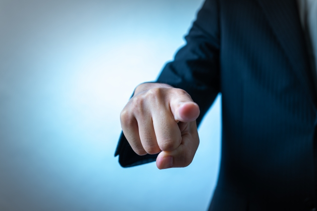 1位「部下を見下す」|ウザイ上司の特徴10選|KEN'S BUSINESS|ケンズビジネス|職場問題の解決サイト中間管理職・サラリーマン・上司と部下の「悩み」を解決する情報サイト