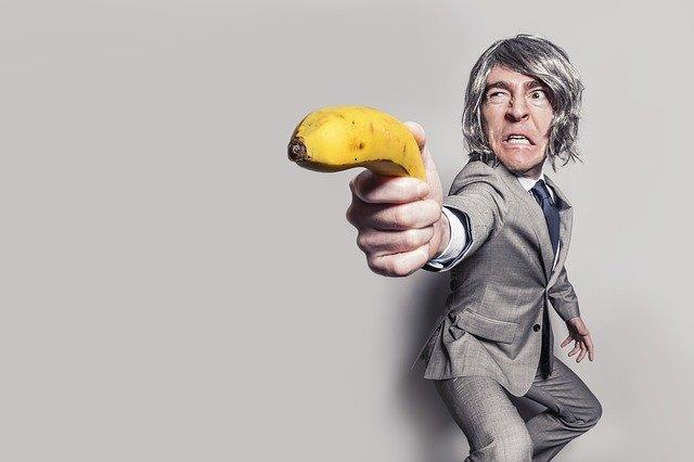 ウマが合わない上司の攻略法・対処法|バナナを突き出している男性の写真|KEN'S BUSINESS|ケンズビジネス|職場問題の解決サイト中間管理職・サラリーマン・上司と部下の「悩み」を解決する情報サイト