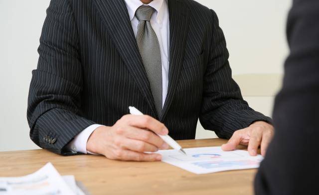 6.社内で「声の大きい人」への根回しをしておく|男性がヒアリングしている写真|社内で意見が合わない時の対処法