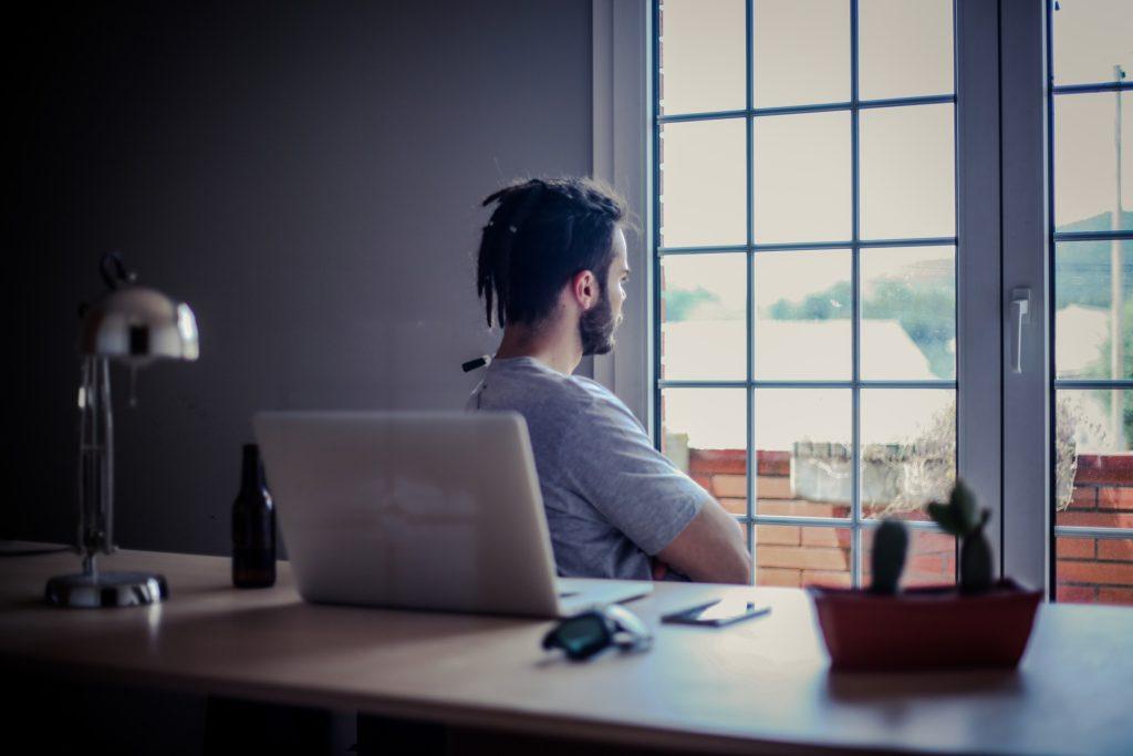 アンダーマイニング効果とは?  男性が外を向いている写真 アンダーマイニング効果から考えるモチベーションコントロールの方法 KEN'S BUSINESS(ケンズビジネス)