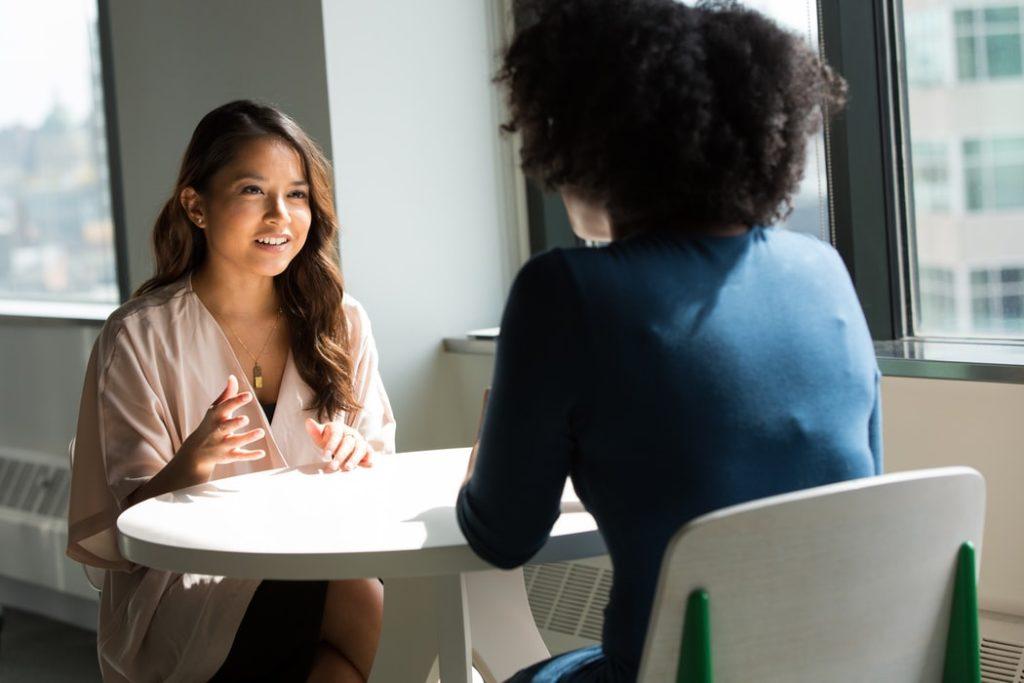 女性同士が話している画像|KEN'S BUSINESS(ケンズビジネス)|職場問題の解決サイト中間管理職・サラリーマン・上司と部下の「悩み」を解決する情報サイト