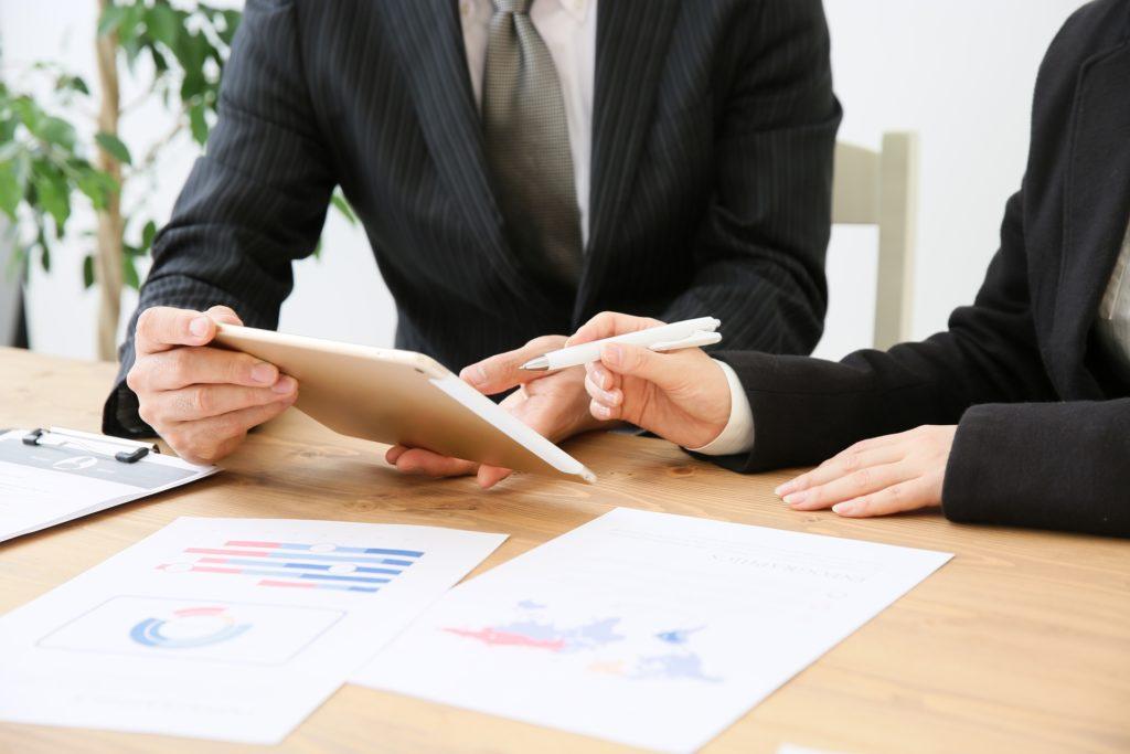 会議をうまく進める!5つの心理学|ビジネスマンが打ち合わせしている写真|KEN'S BUSINESS(ケンズビジネス)|職場問題の解決サイト中間管理職・サラリーマン・上司と部下の「悩み」を解決する情報サイト