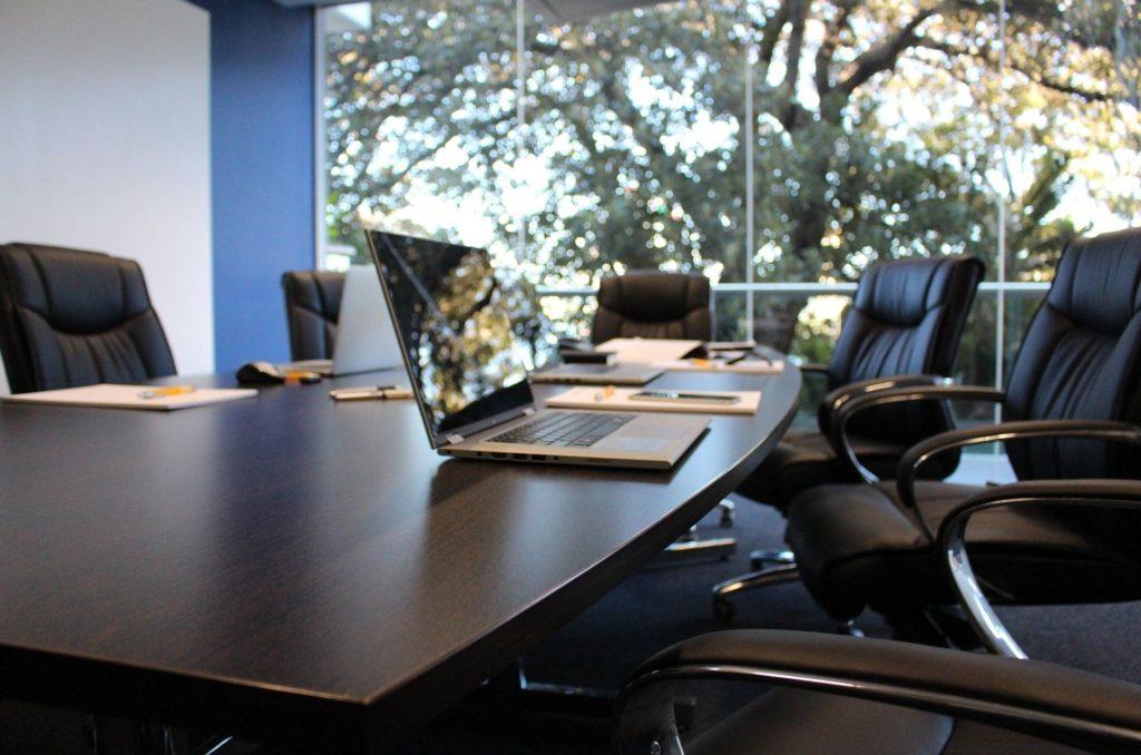 会議をうまく進める!5つの心理学|会議室の画像|KEN'S BUSINESS(ケンズビジネス)|職場問題の解決サイト中間管理職・サラリーマン・上司と部下の「悩み」を解決する情報サイト