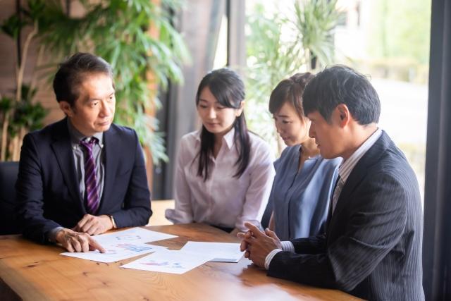 話し合っている画像|KEN'S BUSINESS(ケンズビジネス)|職場問題の解決サイト中間管理職・サラリーマン・上司と部下の「悩み」を解決する情報サイト