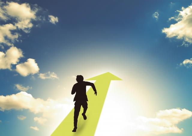 目標に向かって走る人のイラスト|KEN'S BUSINESS(ケンズビジネス)|職場問題の解決サイト中間管理職・サラリーマン・上司と部下の「悩み」を解決する情報サイト