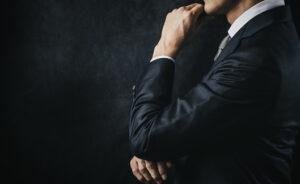 考えるビジネスパーソンの横姿KEN'S BUSINESS|ケンズビジネス|職場問題の解決サイト中間管理職・サラリーマン・上司と部下の「悩み」を解決する情報サイト