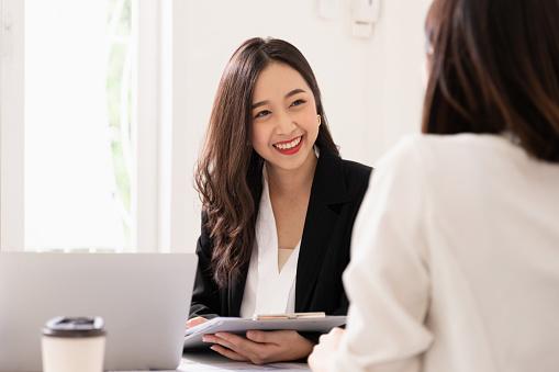 相談している女性の写真|KEN'S BUSINESS|ケンズビジネス|職場問題の解決サイト中間管理職・サラリーマン・上司と部下の「悩み」を解決する情報サイト