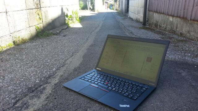 地面に置かれたThinkpad KEN'S BUSINESS ケンズビジネス 職場問題の解決サイト