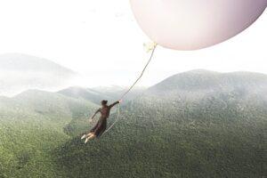 風船に捕まっている男性|KEN'S BUSINESS|ケンズビジネス|職場問題の解決サイト
